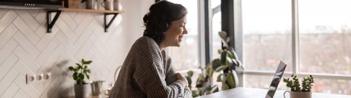 Corona kvinna köksbord bärbar dator