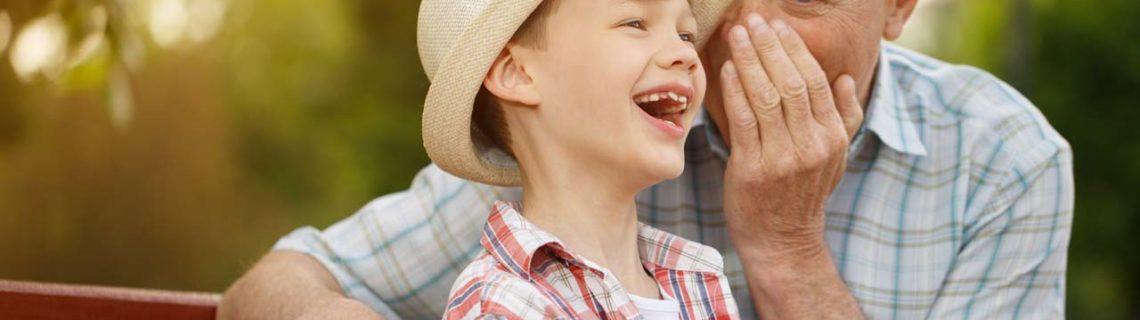 Para homens rejuvenescimento de testosterona homem com neto num banco a rir