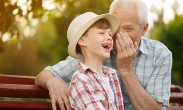 Pour les hommes testostérone rajeunissement homme petit-fils riant sur un banc