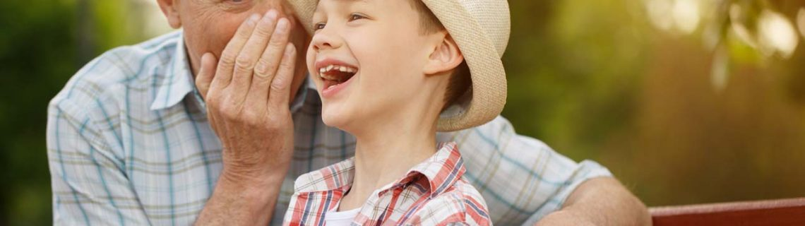 Voor mannen testosteron verjonging man kleinzoon lachend op bankje