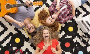 Voor vrouwen gezichtsbeharing blije vrienden photobooth