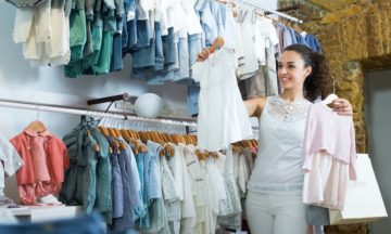 Dla kobiet ciąża karmienie piersią kobieta zakupy ubranka dziecięce
