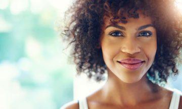 Frauengesundheit Blasenentzündung dunkle Frau lachend