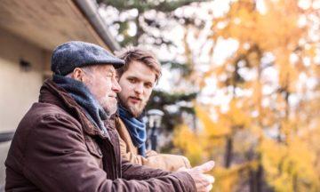 Autres services de consultation oncologie vieil homme avec fils