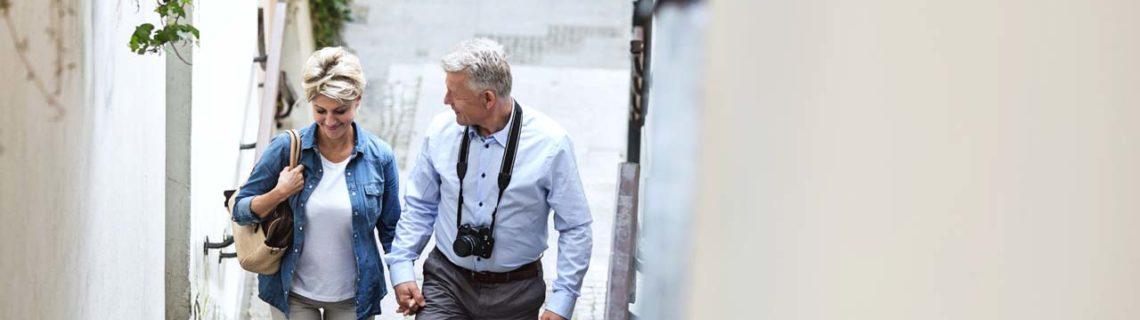 Andere Konsultationsservices Osteoporose Mann und Frau spazieren gehend