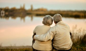 Autre vieux couple regardant le coucher de soleil