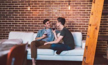 STD/STI HIV plaudernde Männer auf Sofa