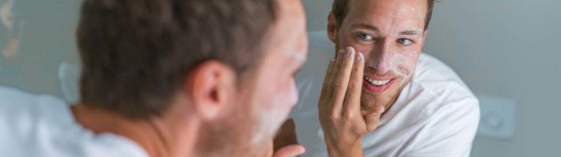 Hautpflege Rosazea Mann in Spiegel blickend