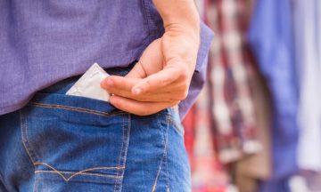 Man stopt condoom in broekzak