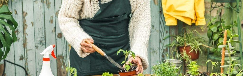 Vrouw bezig in tuin
