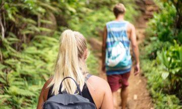 man-vrouw-wandelen-bos