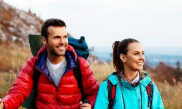 man-vrouw-berg-klimmen-wandelen