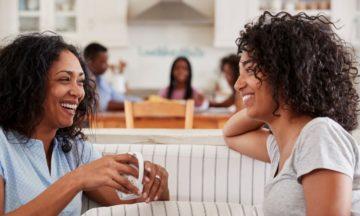 Twee lachende vrouwen