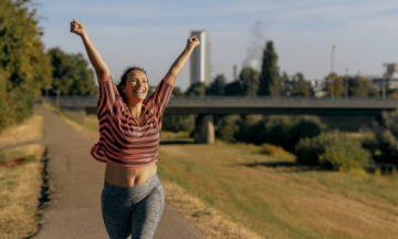 vrouw-rennen-gelukkig